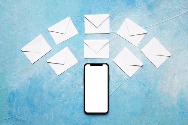 Mensagens de SMS são curtas e diretas por natureza.