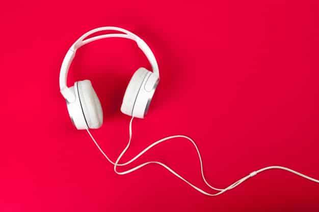 Headphones são essenciais para gravar um podcast